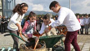 10 bin çocuk toprakla buluşuyor