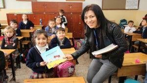 Çocuklara kitap dağıtıldı