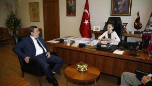 Başkan Batur, koltuğu minik elize devretti