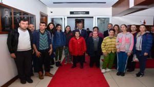 Özel öğrencilerden Başkan Uygur'a hediye