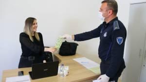 Çeşmeli kadınlardan belediye personeline yıkanabilir maske