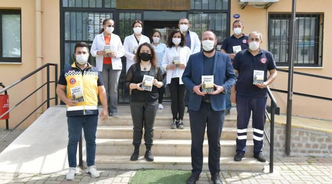 Başkan Gümrükçü'den belediye sağlık personeline kitap