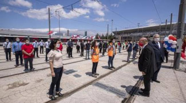 Başkan Soyer sahadaki personelin bayramını telsizle kutladı