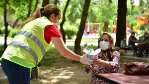Bornova'da 65 yaşüstü vatandaşlara çiçek ve maske sürprizi