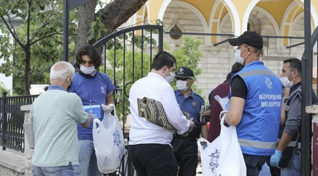 Büyükşehir Belediyesi cuma namazı öncesi maske dağıttı
