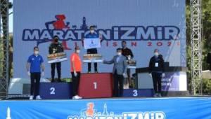 Maratonİzmir'de şampiyonlara geri dönüşümlü kupa