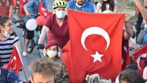 Yüzlerce kişi marşlarla kenti turladı